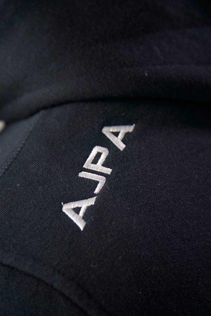 logo na czarnej bluzie rozpinanej z kapturem ajpa